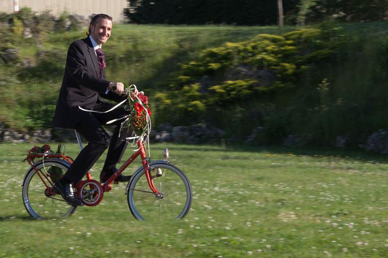 novio llega en bici